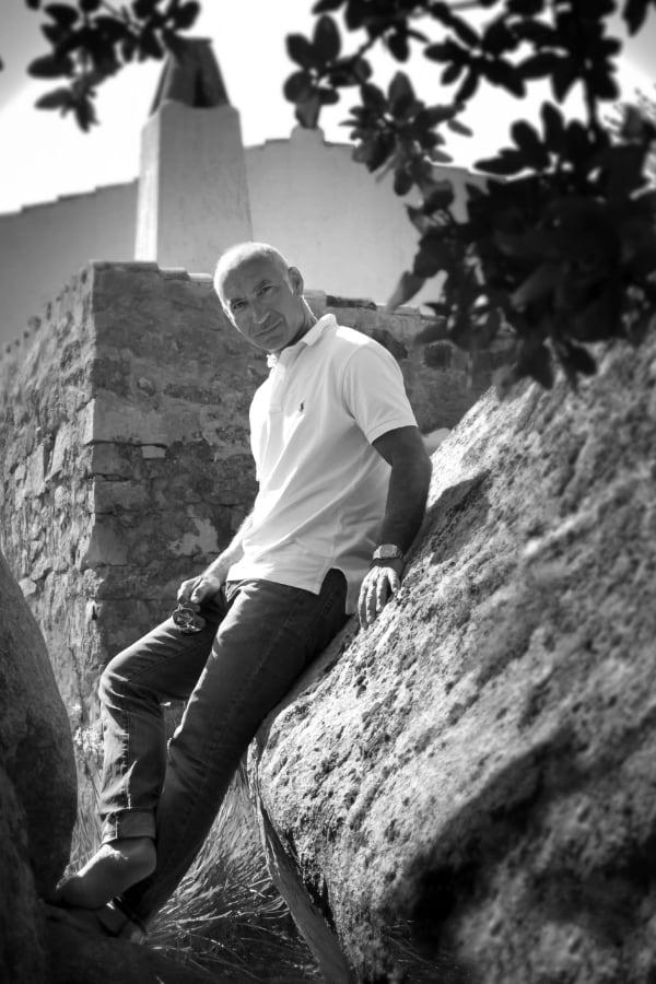 ritratto dell'architetto Marcello Scano su una roccia di granito